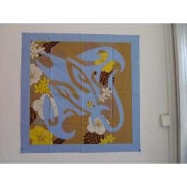Tifaifai Carre 70cm Raie Bleu ciel fond Marron clair