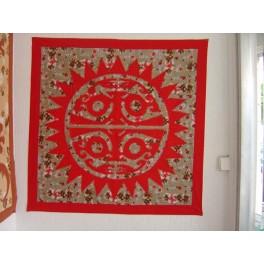 Tifaifai Carre 90cm Soleil Tiki Rouge fond Marron rouge