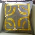 Housse de Coussin Carré 40cm Croix marquisienne Gris taupe fond Moutarde jaune